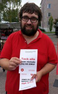 Nicke Grozdanovski var en av alla vänsterpartister som var ute uppmärksammade 10-årsdagen av valsegern i EMU-valet.